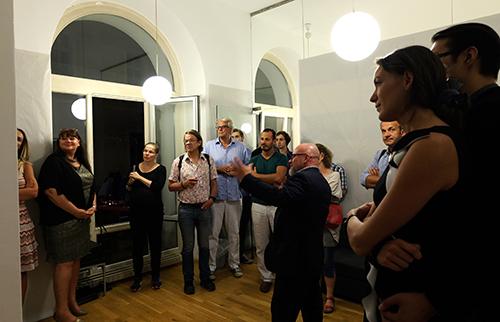 Der Künstler präsentiert seine Fotoarbeiten bei der Vernissage.
