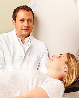 CT Patientin mit Arzt